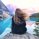 femme de dos face a un lac